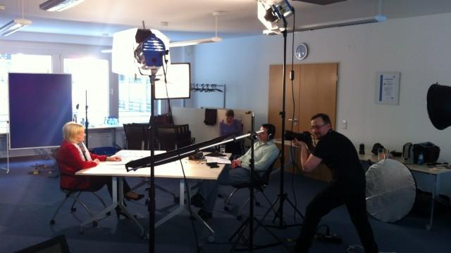 Für den Geschäftsbericht des Projektträgers Jülich durfte Event-images-Berlin Interview Situationen sowie Portraits fotografieren und inszinieren. Für die Ausleuchtung der Interviewsituation haben wir uns für Dauerlicht entschieden um die Akteure nicht […]